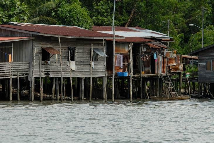 """Вообще на Борнео все дома обычно на сваях. Но некоторые при этом еще и стоят прямо в море. Живописные хижины манят роскошью жизни на воле. Хотя конечно канализация """"под себя""""."""