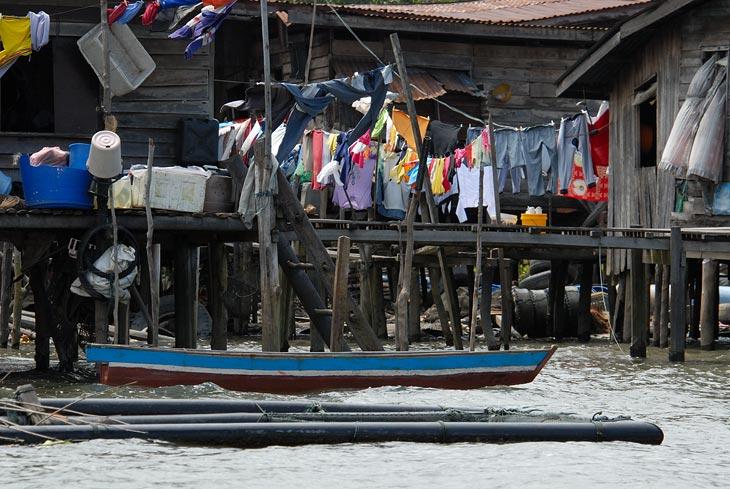 Лодки, садки с рыбой, хитросплетение свай и хижин. По количеству сохнущих кальсон создается впечатление, что не вся рыба одинаково полезна.