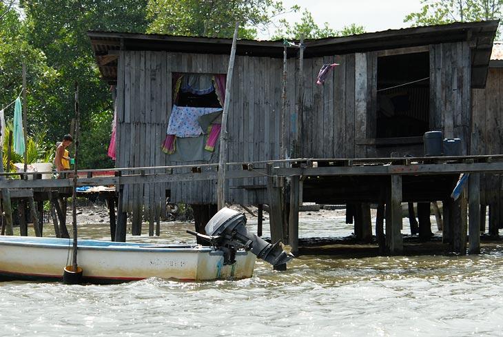 Лодки рыбаков обычно украшены новыми моторами. Хотя хватает и традиционных долбленых гребных посудин.