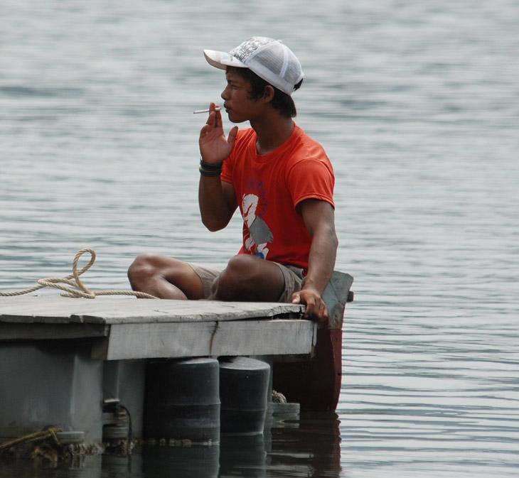 Рыбак. Процесс рыбодобычи тут неспешен, есть время подумать о вечном.