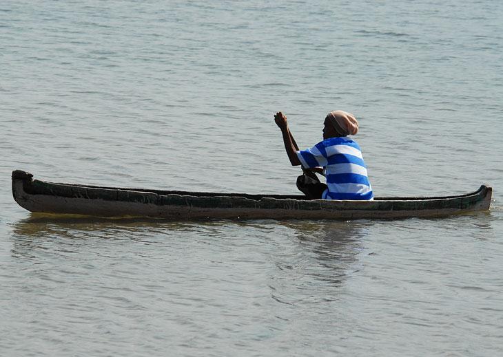 А эта недоверчивая мадам решила перепарковать свою лодку подальше, после того как я проявил повышенный интерес к конструкции судна. Судя по ширине полосок на тельняшке, это самая крутая морская волчица в деревне.