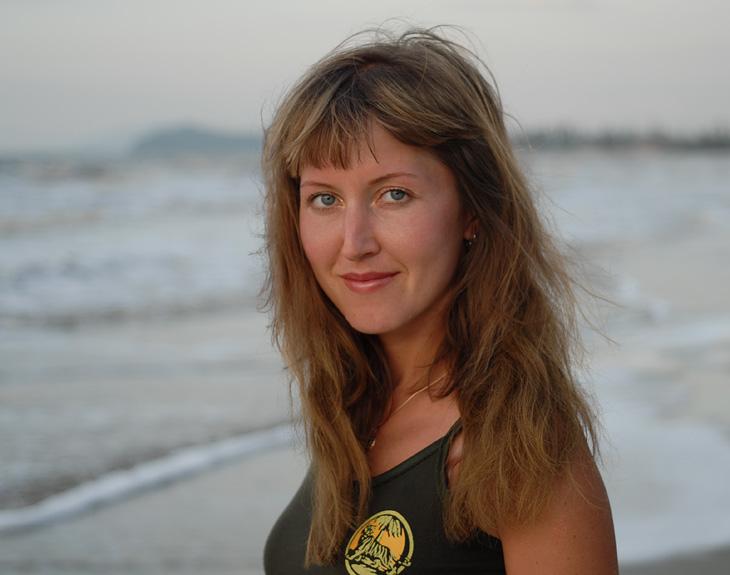 На переднем плане моя жена, на заднем северное побережье острова Борнео.