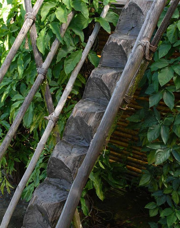 Отсутствие зимы и гололеда местные травматологи успешно компенсируют изготовлением вот таких лестниц. Тут можно переломать не только ноги, но и шею. Так что вероятно гробовщикам тоже перепадает.