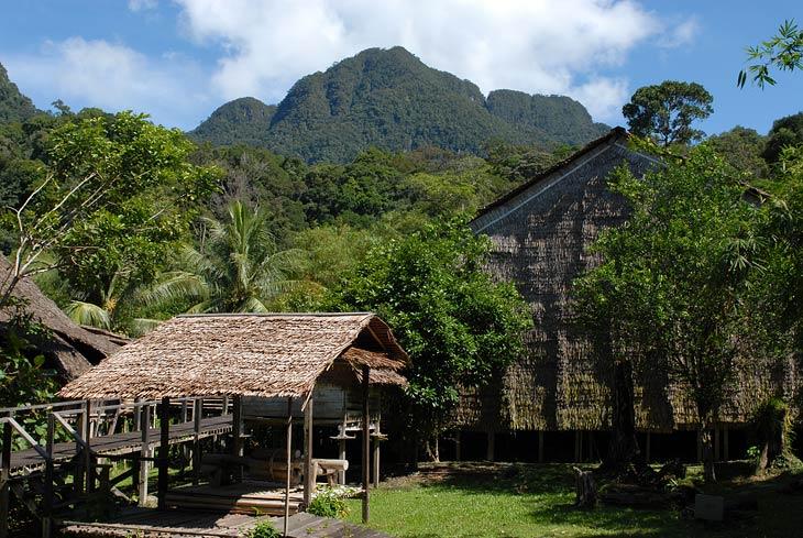 Плетеные дома в горной местности смотрятся достаточно живописно.