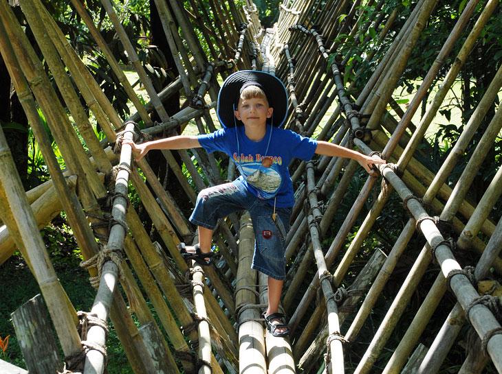 Однако подвесные мосты тут уже лишены канатов из полипропилена. И представлены в своем первозданном виде.