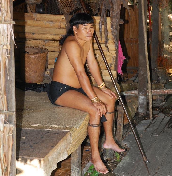 Абориген с плевательной палкой. Ничем в нас не пульнул и на том спасибо. Хотя смотрит подозрительно.