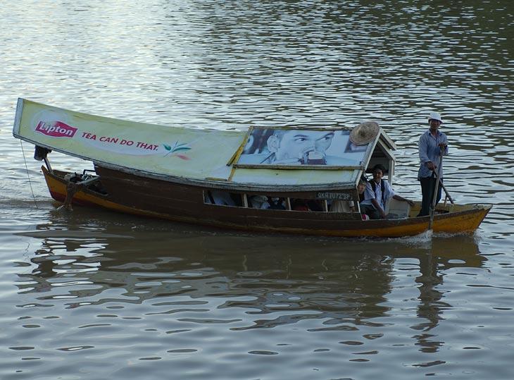 В Кучинге извивается река и прочие водоемы. Посему в центре шастают вот такие водные такси.