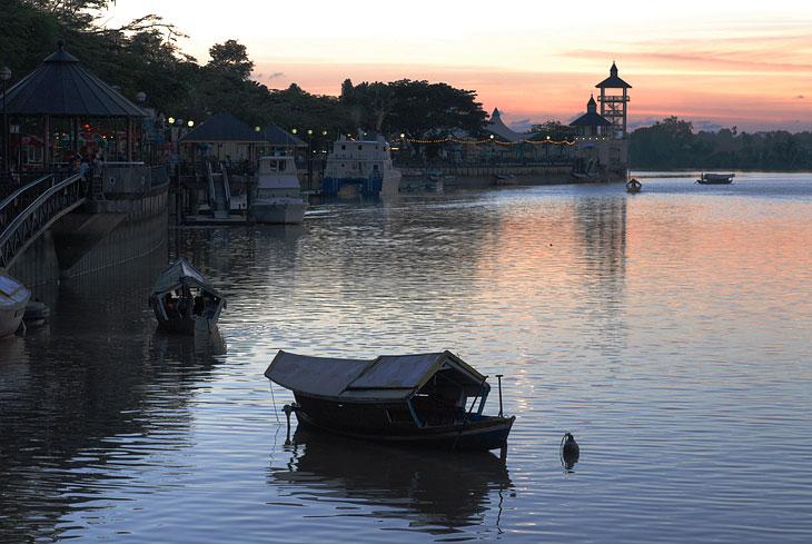 Оживленное движение этих такси вдоль набережной Кучинга не прекращается даже в сумерках.