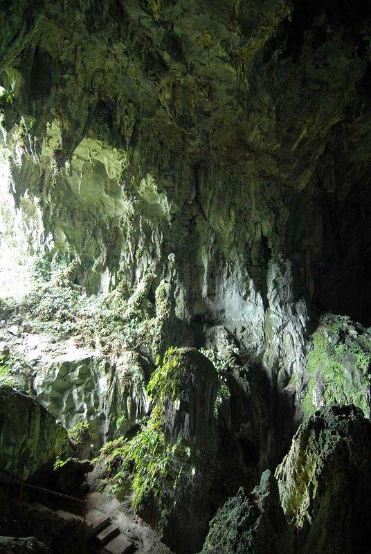 Пробираться внутрь нужно как и в любую другую пещеру, через узкие и извилистые коридоры промытые водой. А свет проходит через другое отверстие, совсем недоступное для проникновения пешком извне.
