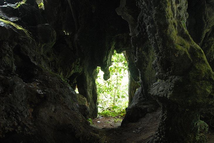 В пещере ужасающая влажность, постоянно что-то капает на плешь с высоченного потолка. Очки запотели и я передвигаюсь на ощупь.