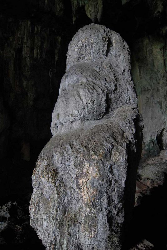А вот та самая каменная сосулька напоминающая статую Будды, Мадонны с младенцем или кому там что почудится. Вокруг натыканы ароматические палочки и прочая буддистская атрибутика. Продолжение