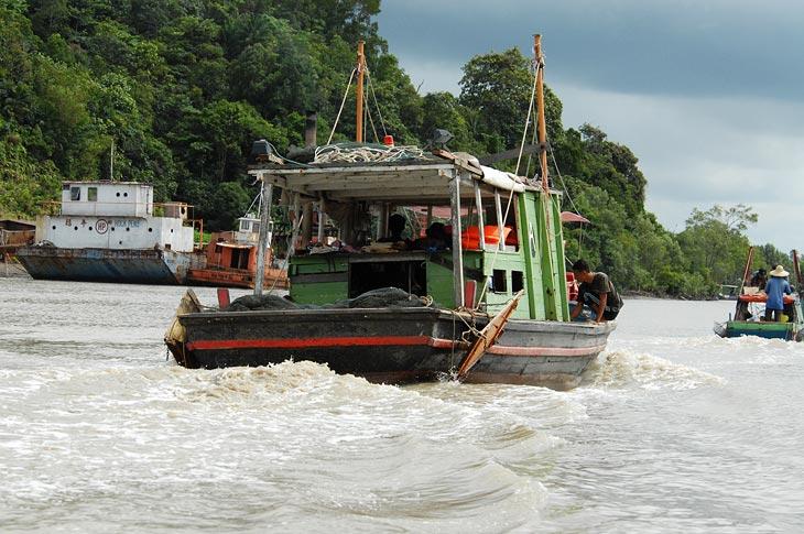 Приливное течение очень сильное и быстрое. И буквально вымывает и замывает в устье реки суда, которые собственно пользуются данным явлением.