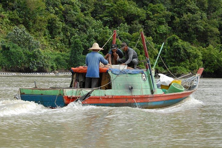 С отливом выплеснулся на рыбалку с приливом вернулся до дому.