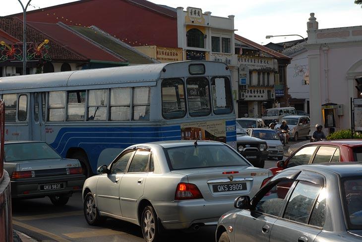 Городские улицы. Машин много. Машины далеко не такие новые и блестящие, как в Кота-Кинабалу. Но сам город производит более благообразное впечатление.