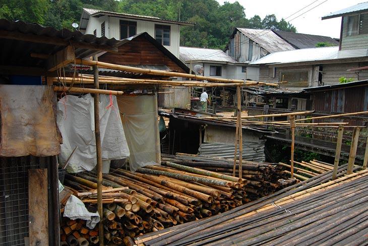 Все это образует причудливый лабиринт висящих в воздухе бамбуковых коридоров.
