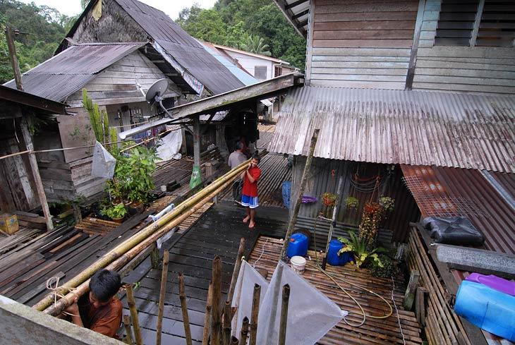 Ходить по настилу из бамбуковых половинок достаточно непривычно и неудобно. В жилых помещениях этот настил покрыт плетеными циновками.
