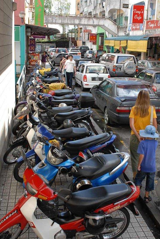 Мотоциклетная парковка. Заметно, что местное население предпочитает четырехколесный транспорт.