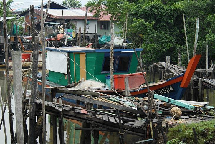 Некоторые лодки достаточно мореходные, для выхода из лагуны в открытое море. Однако даже для нашего путешествия нам пришлось ждать оптимального уровня воды. Отливы осушают огромную территорию мангровых проток.