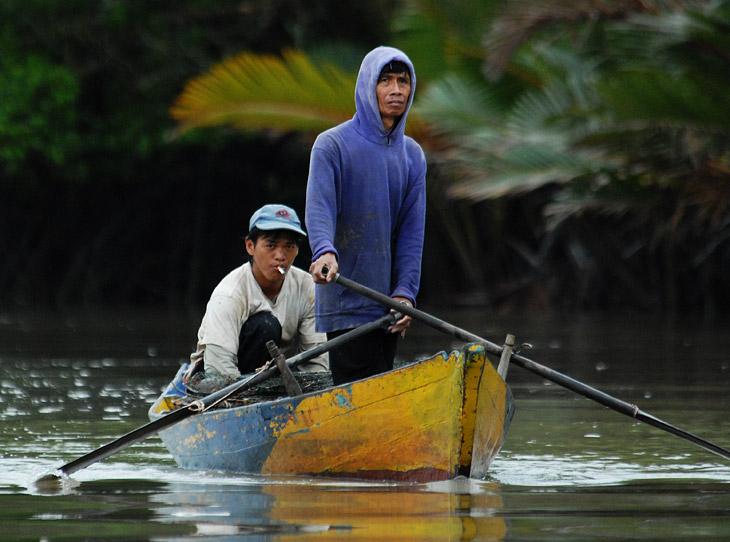 Малайцев сложно фотографировать. Стоит достать камеру, как они начинают позировать. Требуют, чтобы снял еще и еще. Потом достают пойманную рыбу. Вот с этой рыбой щелкните и вот с этой.