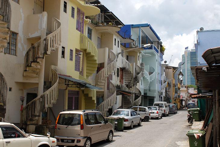 Винтовые лестницы с тыльной стороны зданий достаточно обычное явление в местной архитектуре.