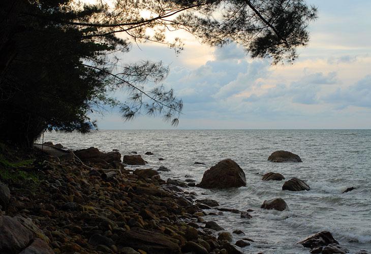 Берег моря. Но после Сабаха в воду уже не тянуло. Пляжный отдых быстро надоедает.