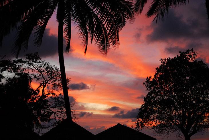 Зато закаты тут еще красивее и красочнее. Не удержался и таки сфотографировал эту пошлятину.
