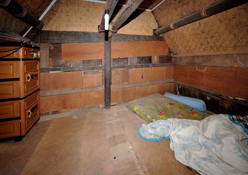 Жилые комнаты выглядят более благообразно. Кровати успешно заменяют циновки из тростника. Сии картинки настоятельно рекомендуются к просмотру гражданам России, привыкшим жаловаться на тяжкую жизнь.