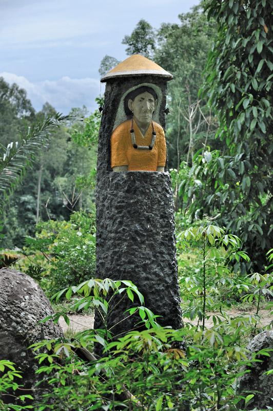 Некоторые племена устанавливают в качестве памятников каменные стелы фаллической формы. Древние образцы представляют собой незатейливые колонны, современные же варианты иногда довольно примечательны. Тут вот какой-то безутешный абориген высек портрет любимой тещи.