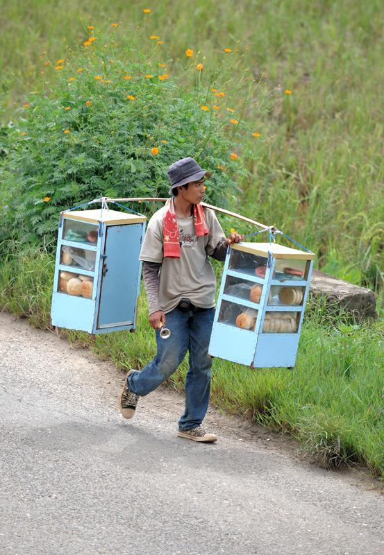 В этих экзотических краях меньше всего ожидаешь встретить мужика, продающего обычные булки.