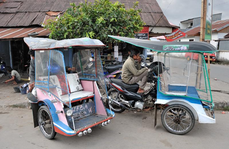 Общественный мототранспорт представлен мопедами с коляской, причем коляска с пассажирами находится впереди водителя, защищая того во время дождя. Кроме того, за спинами пассажиров водителю не так страшно на извилистых горных дорогах.