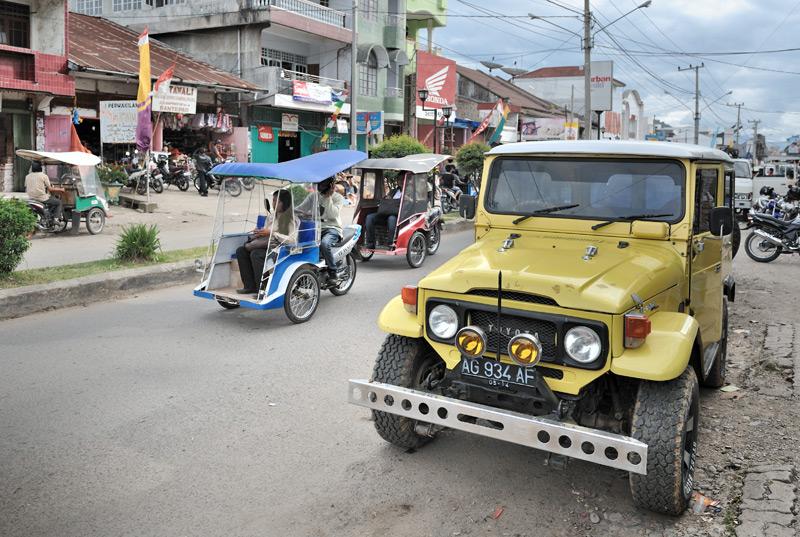 Автотранспорт и городская архитектура вполне обычны для Индонезии. Разве что дома тут не такие кособокие, как у столичных жителей на Яве.