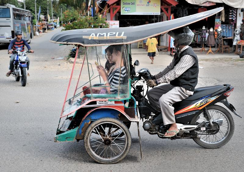 Мопеды переделаны в трициклы. Просто отцепить коляску и уехать на двух колесах не получится.