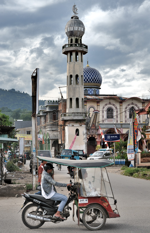 Дикое смешение традиционных и мировых религий нашло отражение в архитектуре мечетей. Примерно такими же инородными элементами отличаются и местные христианские церкви.