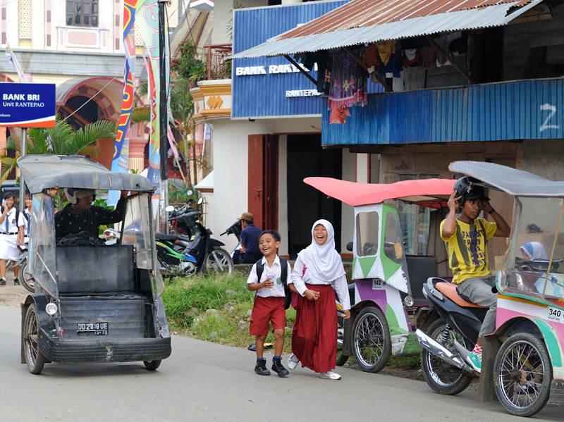 В который раз вспомнив, что Индонезия — самая большая мусульманская страна, отмечу, что мусульмане на улицах явно в меньшинстве.