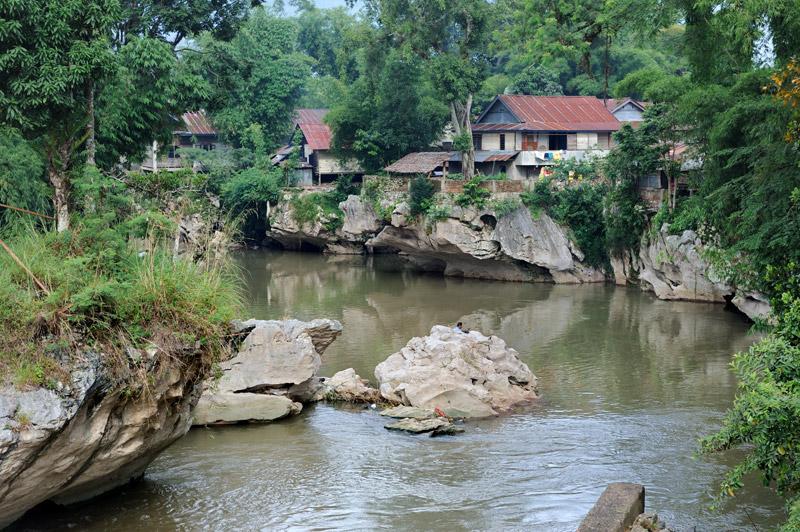 Наличие гор не подразумевает наличия горных рек — вода мутновата.
