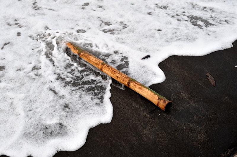 Вулканическая атрибутика в той или иной степени заметна в любой части острова. Например, не редкость вот такие пляжи со зловеще-черным песком. Удивительно, как никто не додумался открыть тут специализированный курорт для готов.