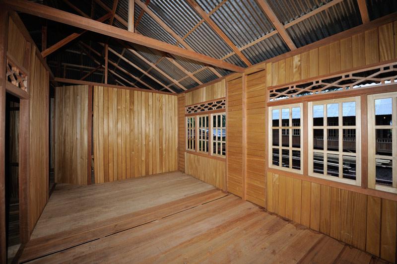 Дома готовые, но не собранные полностью. Покупатель увозит дом в нужное ему место, где уже должным образом приколачивает крышу к полу.