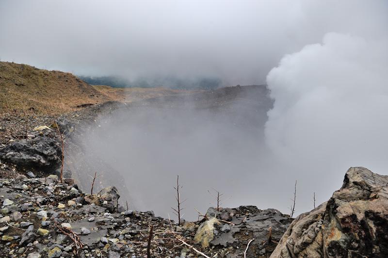Активный кратер не совпадает с вершиной вулкана. Растительность вокруг выжжена. Раздирающий легкие в клочья сернистый газ густыми облаками облизывает мертвые ветки.