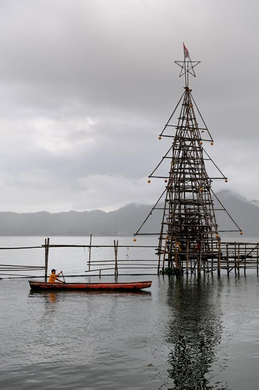 То ли к новогодним праздникам, то ли к грядущему извержению приурочена вот эта новогодняя елка на озере.