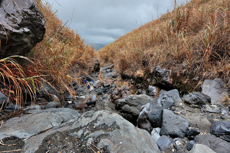 После удушающих газов на вершине, воздух на незадымленных склонах кажется кислородным коктейлем.