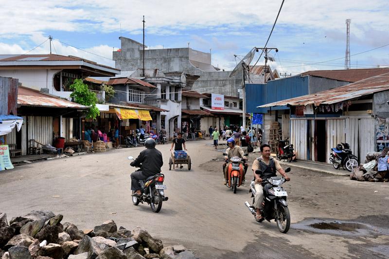 Уличное движение довольно плотное, хотя транспорт, помимо лошадей, преимущественно представлен мопедами и мужиками с тележками.