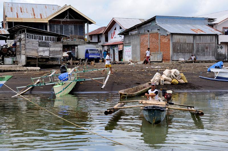 Наша двухмоторная пластиковая лодка — единственная в округе. Рыбаки предпочитают более традиционные плавсредства.