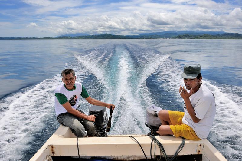 В комплекте к моторной лодке прилагается пара хлопцев, по одному на мотор.