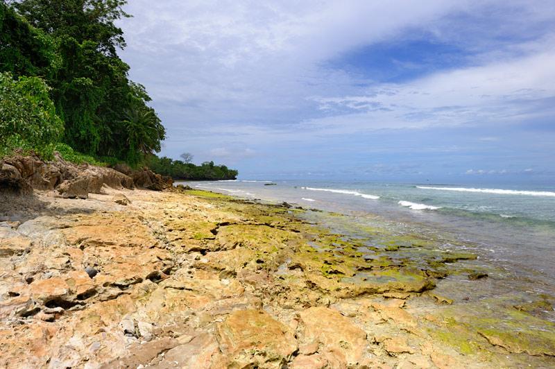 Необитаемые острова с суетливыми крабами и ярко раскрашенными мокрыми берегами.