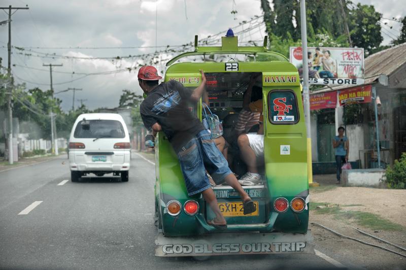 Общественный транспорт, помимо джипни, представлен вполне традиционными для ЮВА самобеглыми бензобудками.