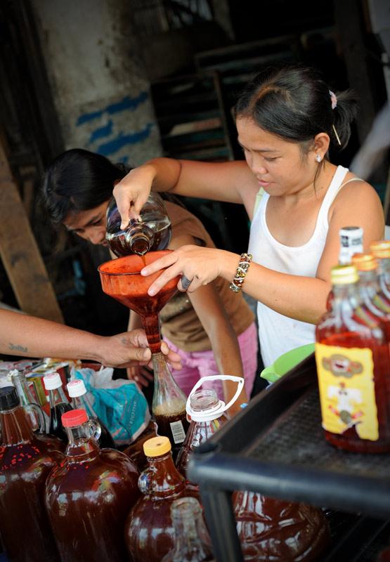 Островные самогонщики. Вино из пальмы. Дегустировать можно не отползая от прилавка.