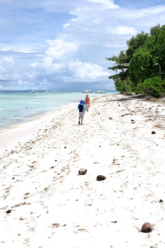 Пляжи большей частью представляют собой тянущиеся на многие километры заброшенные участки побережья. Окультуренные же места скорее заточены под местный гастрономический туризм, и вряд ли понравятся искушенному любителю пляжебатонства.