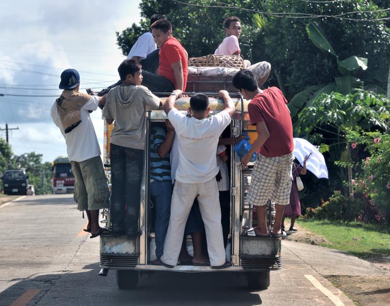 Общественный транспорт острова обладает повышенной пассажировместимостью. Часто невозможно опознать само транспортное средство под толстым слоем островитян.