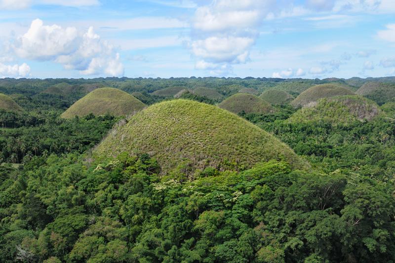 Главной достопримечательностью острова считаются Шоколадные холмы — аккуратные геологические вспученности, нагло торчащие из зеленой растительности. В сухой сезон пожухлые склоны холмов выделяются на общем фоне, что и явилось поводом для шоколадного прозвища.