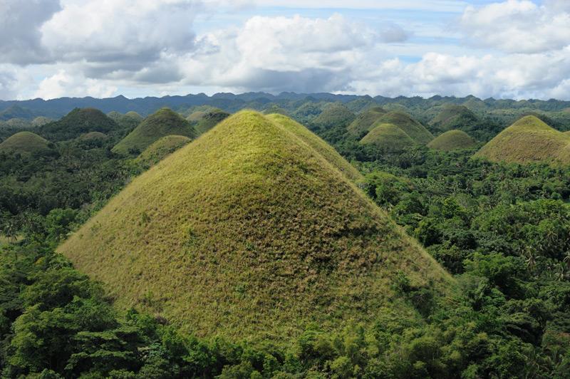 Интересно, что несмотря на правильную конусовидную форму, холмы эти вовсе не дело рук древних филиппинцев, а вполне натуральные природные образования.